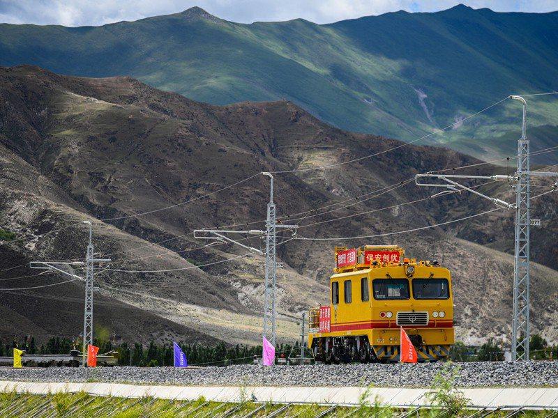 川藏鐵路「雅安至林芝段鐵路」,於11月8日進行開工動員大會,預計2030年後川藏鐵路通車。圖為川藏鐵路拉薩至林芝段。 中新社