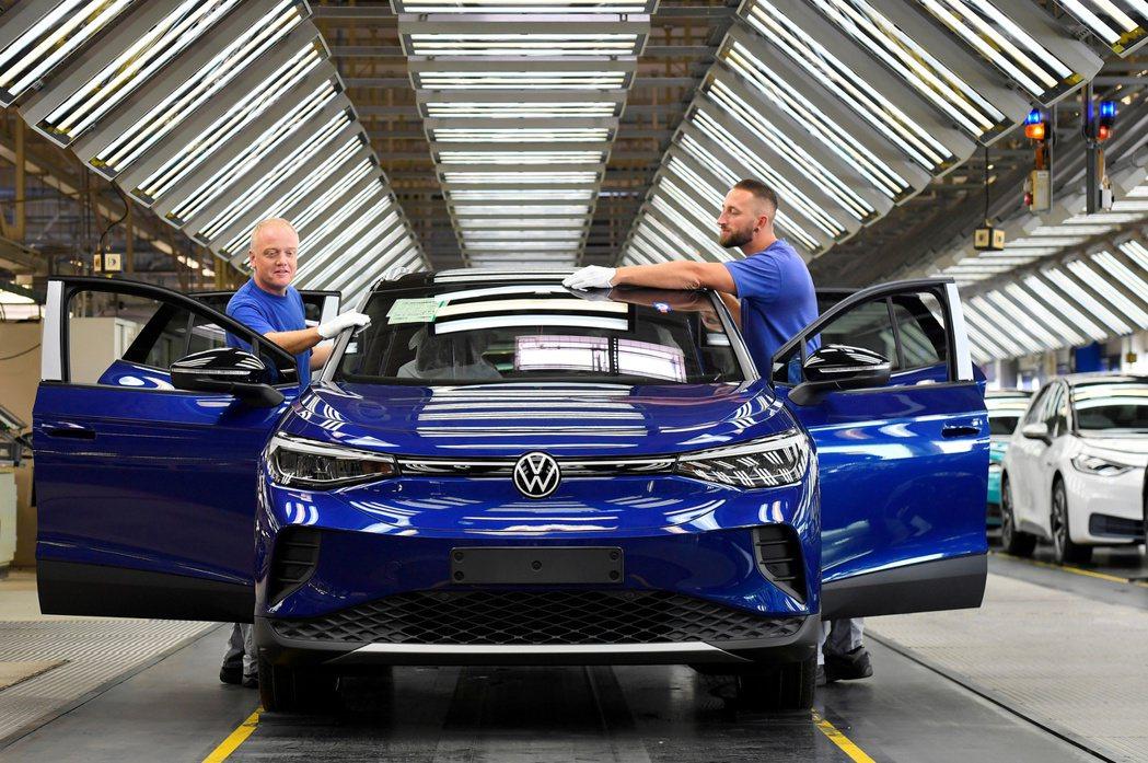 福斯宣布,將在未來五年內斥資730億歐元(860億美元),投入電動車、混合動力車...