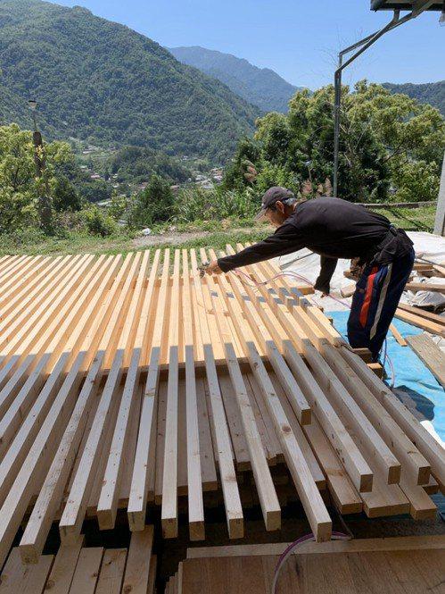 張文雄親手打造民宿內部細節裝潢,光是天花板的木頭梁架,就用了850多根木條。圖/...