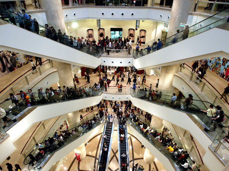 2003年11月14日台北101購物中心開幕,吸引不少民眾慕名而來,上百家精品時尚名店,挑高的空間計設,讓購物有不同的享受。圖/聯合報系資料照片
