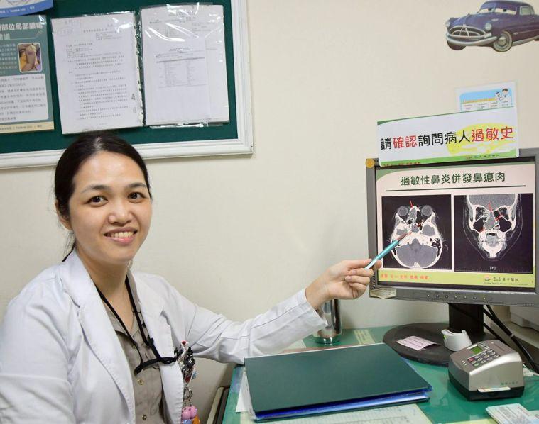 醫師洪千惠提醒家長,鼻瘜肉的症狀是流鼻水、鼻塞、嗅覺異常、臉部壓痛,若症狀持續超...