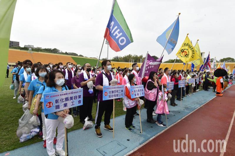 已邁入14年的彰化縣勞資運動大會暨園遊會,今天上午在彰化縣立體育場登場,共有來自全縣約共42個事業單位及工會的3000名運動員參加。記者劉明岩/攝影