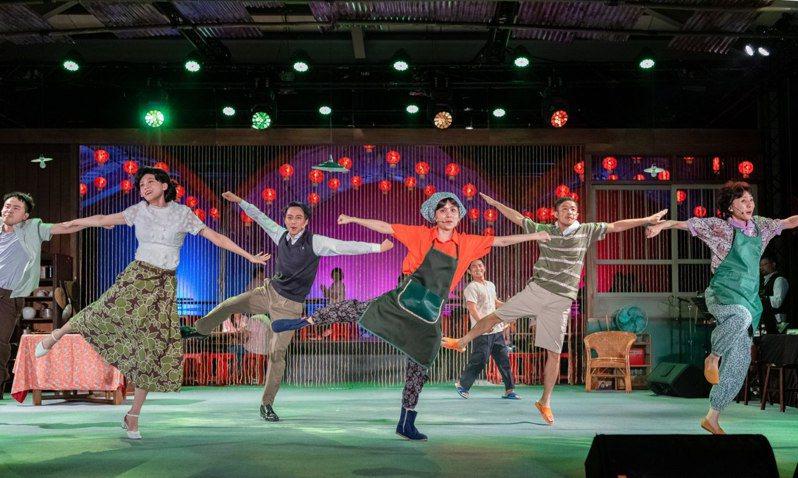 國家兩廳院藝術出走新作「十二碗菜歌」以台式歌舞劇帶給觀眾美好的劇場體驗。圖/兩廳院提供