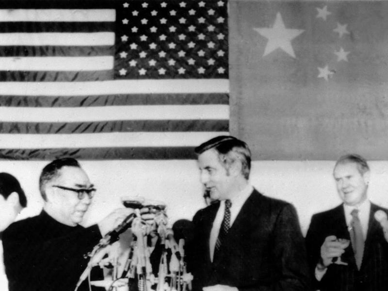 1978年美國卡特總統與大陸外交代表柴澤民(左一)談話時,明確知道武力解決台灣問題是大陸選項之一,但仍與中國建交,圖為1979年柴澤民和美國副總統蒙代爾共同舉杯,慶祝中美建交。新華社