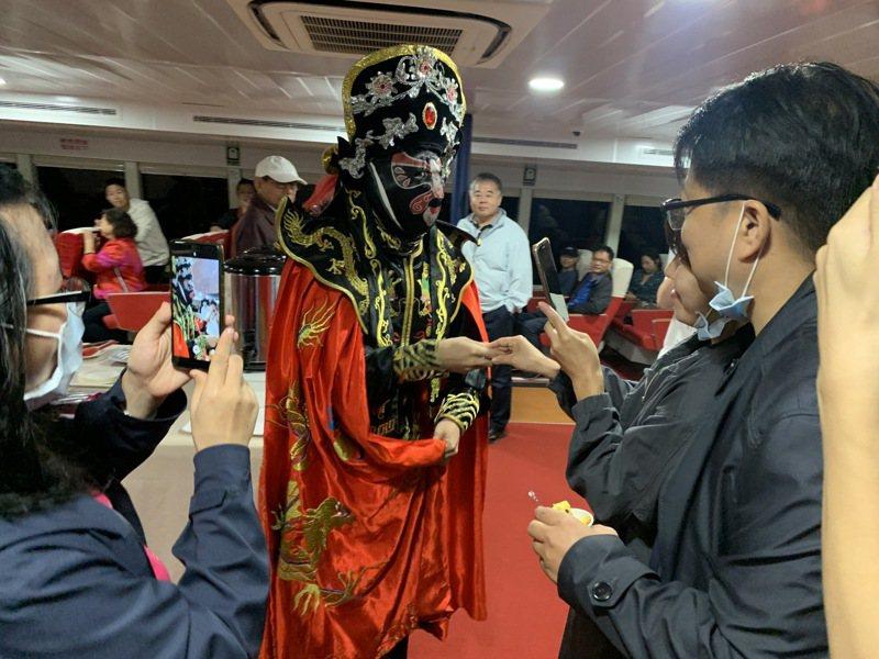 主辦單位在遊程中安排精彩的魔術與四川變臉表演,許多外籍生第一次近距離觀看此類表演,都顯得非常開心、興奮。圖/金大提供