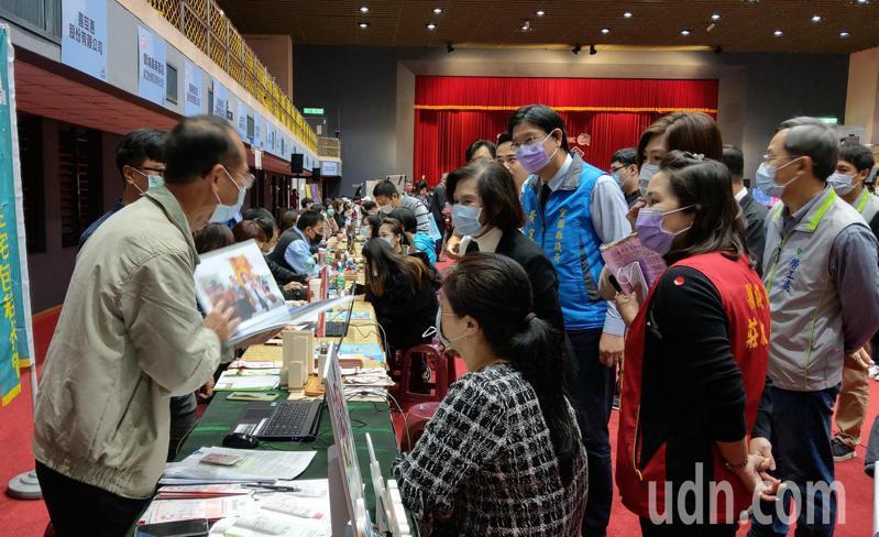 宜蘭就業博覽會擴大徵才,湧視人潮,縣政府宣布幫年輕人加薪,做滿一年再給2萬2。記者戴永華/攝影