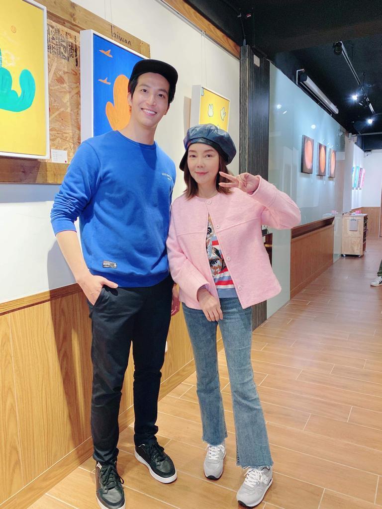 辛曉琪(右)穿著優雅粉紅外套,欣賞吳翔震畫展。圖/李韶明提供