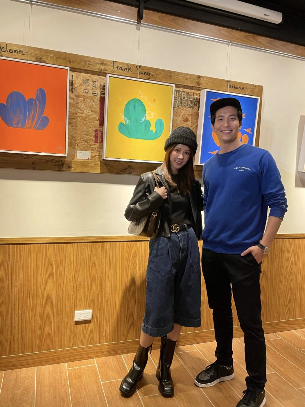 邵雨薇(左)與吳翔震因合作電影結緣,她禮尚往來看畫展。圖/李韶明提供