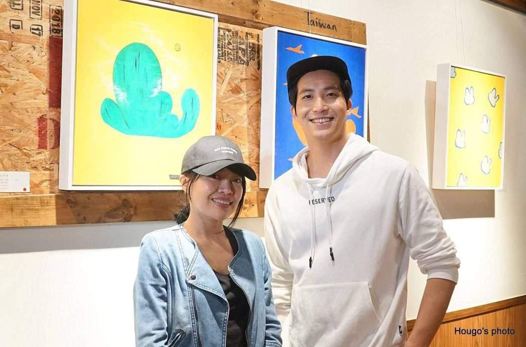 戴愛玲(左)出席吳翔震畫展。圖/李韶明提供