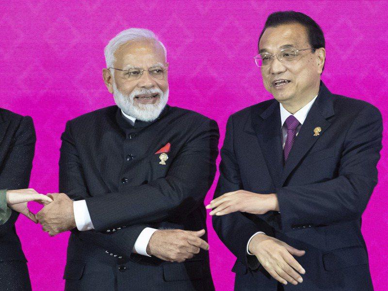 印度在去年11月4日第三屆RCEP高峰會後反悔不參加,擔憂與中國和東協其他國家貿易失衡是主因,圖為去年峰會上印度總理莫迪(左)與中共總理李克強(右)合影。美聯社