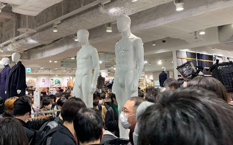 UNIQLO名古屋門市低估消費者對+J系列的熱情,導致剛開店就出現一團混亂,至少兩具人體模特衣架上的+J服飾也被扒光。畫面翻攝:Twitter/he_p3