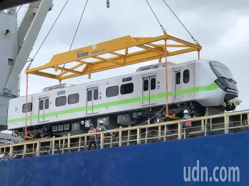 被譽為「史上最美最長區間車」EMU900型通勤電聯車,首批新車10月24日抵台。本報資料照片