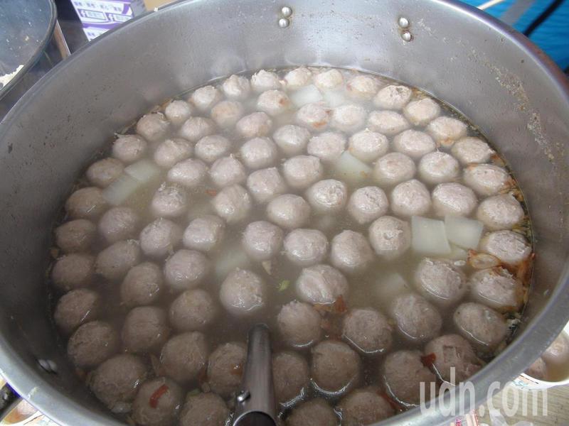 沙鹿服務處準備熱騰騰的貢丸湯要給在場排隊等候的民眾享用。記者余采瀅/攝影