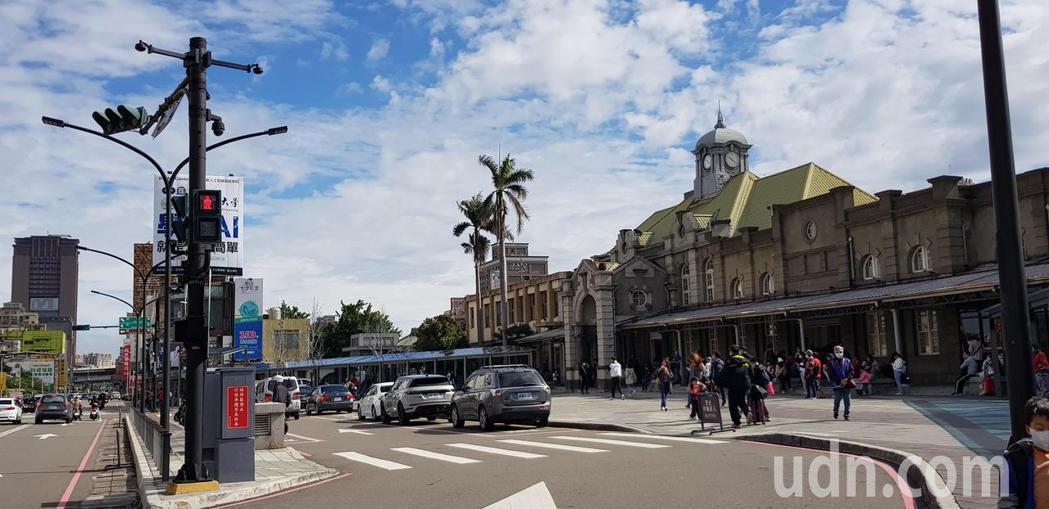 新竹市警局交通隊在火車站前設置違停自動偵測系統,結合全景及車牌辨識攝影機,臨停逾...