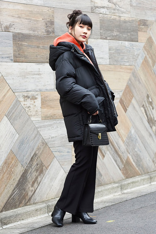 GU RENU HEAT PADDED寬版大衣採用可收腰設計1,790元。圖/G...