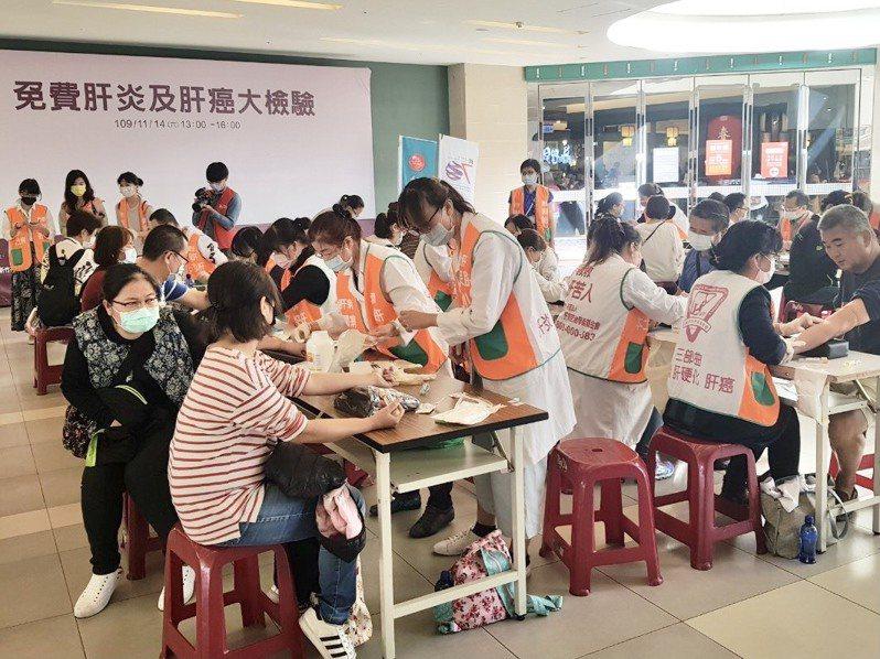 新竹市衛生局、肝病防治學術基金會等今天在Big City遠東巨城購物中心舉辦免費肝炎及肝癌大檢驗活動。圖/市府提供