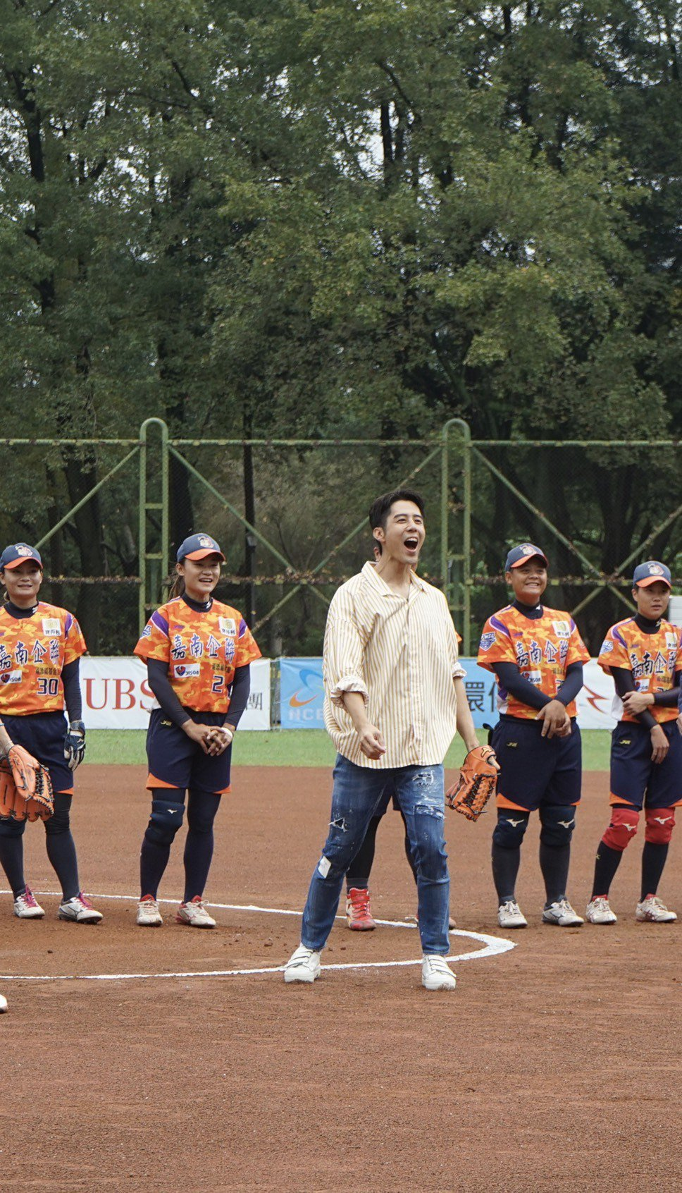 胡宇威擔任企聯女壘總冠軍賽開球嘉賓,一球沒投好,糗到大叫。圖/寶麗來提供
