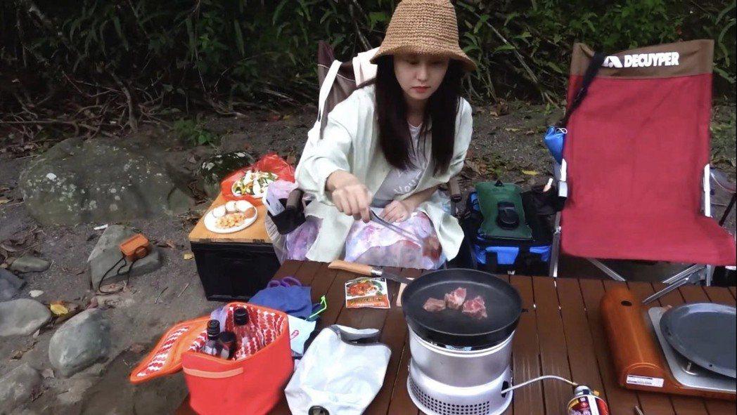 趙小僑以簡單的食材做野炊。圖/修毅提供
