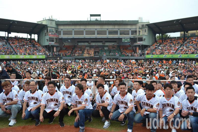 統一獅春訓改至高雄國慶棒球場,是隊史第一次完全沒在大本營集訓。 聯合報系資料照