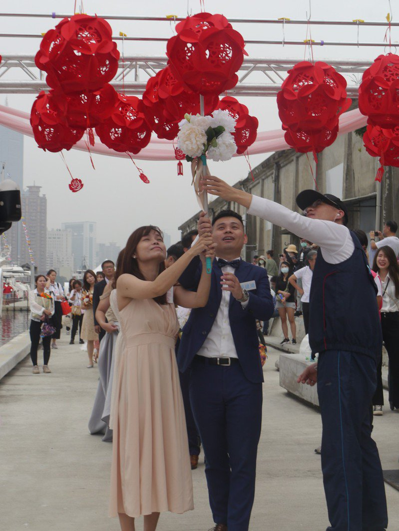 交通部航港局今天下午在高雄市大港橋辦集團結婚,30對新人在大港橋互許終身。記者徐白櫻/攝影