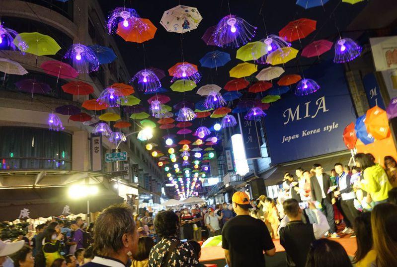 高雄市後驛商圈裝飾上千支傘與燈飾,今晚一點燈,整街絢麗。記者楊濡嘉/攝影