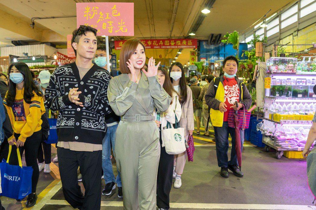 方志友(右)、陳彥允為新戲街頭賣力宣傳。圖/TVBS提供