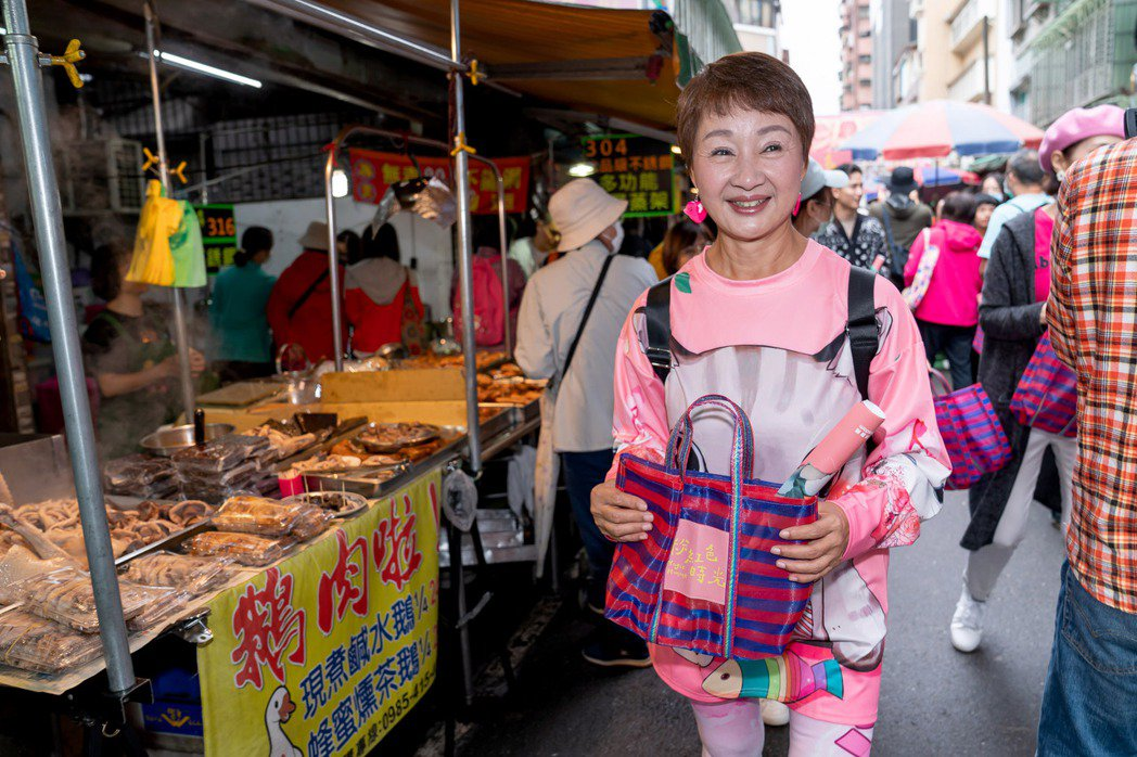 鮑正芳為新戲「粉紅色時光」掃街造勢。圖/TVBS提供