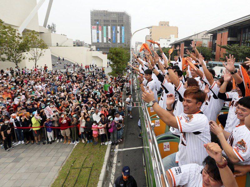 統一獅獲得總冠軍下午在台南市舉辦封王大遊行,吸引爆滿的球迷沿途不斷加油。記者劉學聖/攝影