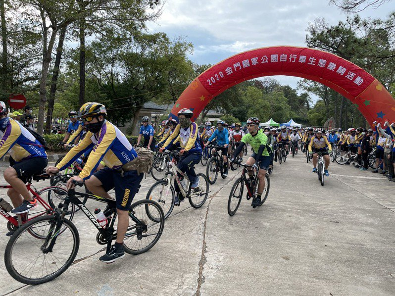 「單車的香格里拉」自行車生態樂騎活動今天登場,鳴槍後,車友陸續出發。圖/金門國家公園提供