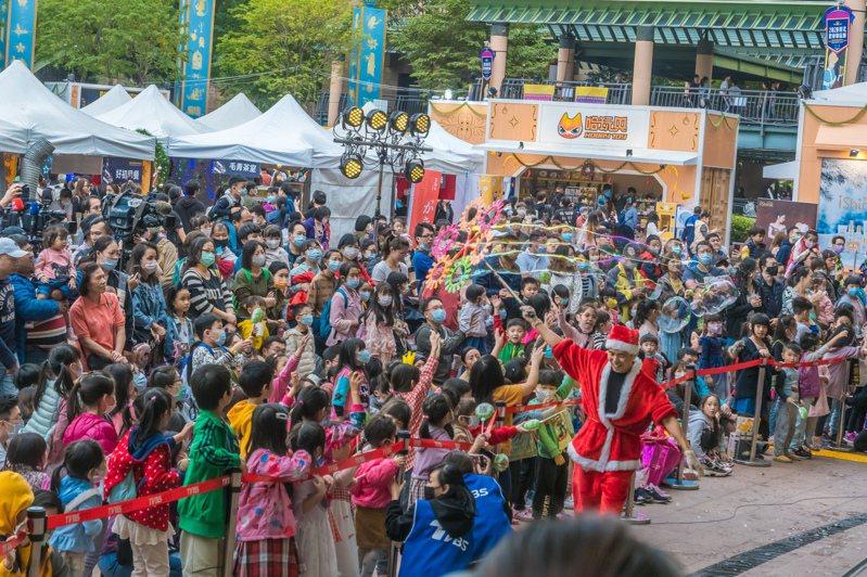 「童趣嘉年華」活動今(14日)、明(15日)2天在新北市市民廣場登場,吸引許多大小朋友前來參加。圖/新北市觀旅局提供