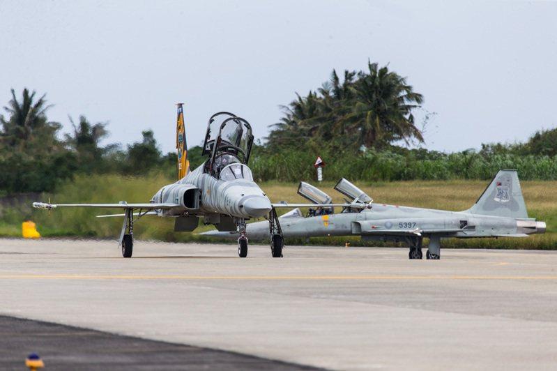 F-5戰機昨首度復飛,空軍司令熊厚基上將同乘。圖/國防部提供