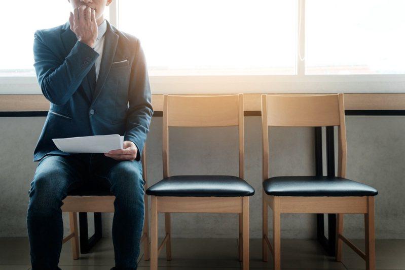 網友表示現任公司未離職,卻接到預備跳槽公司的面試求職確認電話,原公司人事知道後跑來虧他,感到相當尷尬。 圖/ingimage
