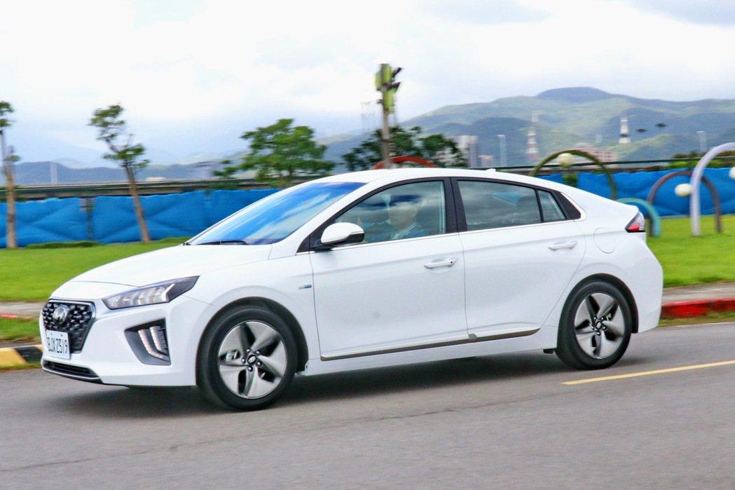 在實際駕馭感受上IONIQ Hybrid超級不像一般的油電車款。 記者陳威任/攝...