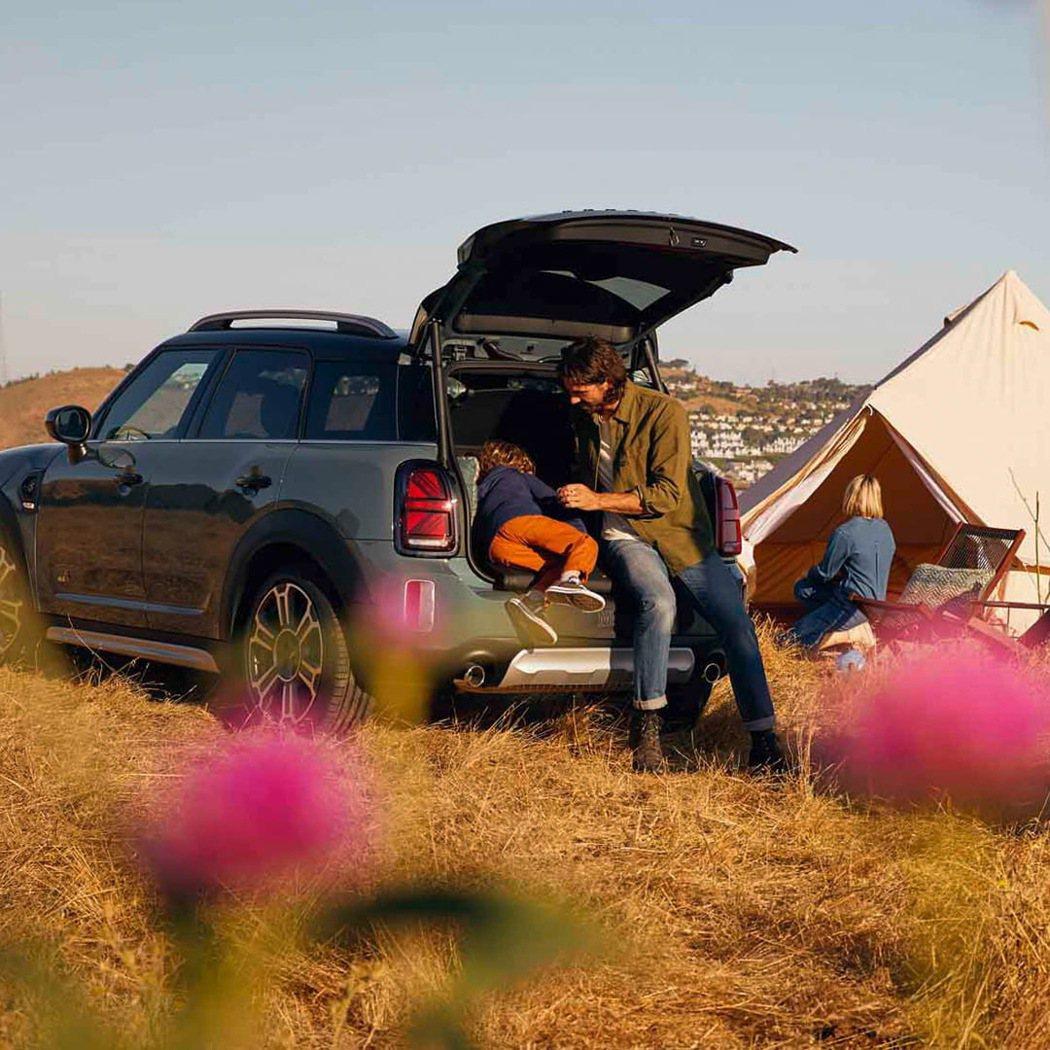 MINI野餐坐墊可隨時隨地於後車廂提供乾淨舒適的兩人休憩坐墊,盡享自然美景與野餐...