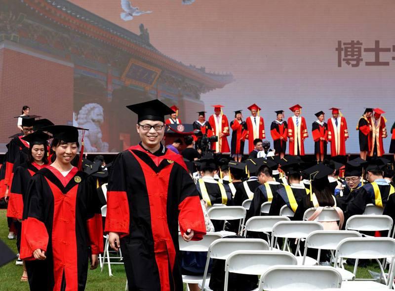7月12日,畢業生在上海交通大學2020年畢業典禮上參加博士學位授予儀式。示意圖/新華社