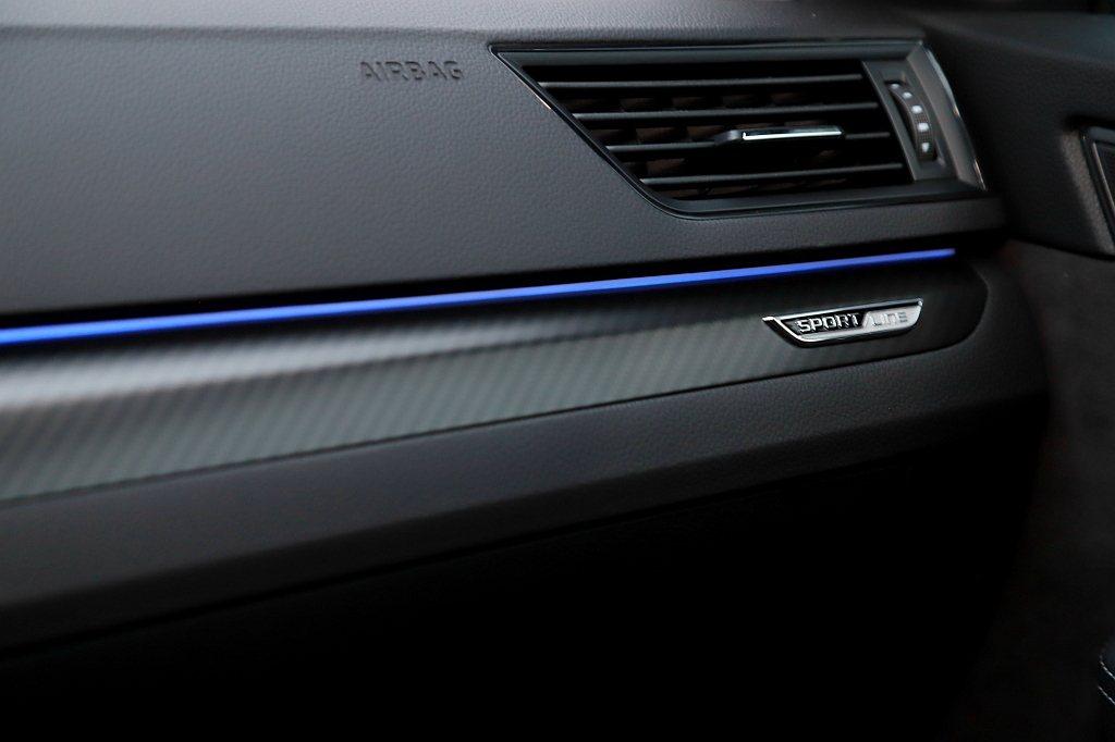 類碳纖維3D紋路飾板,搭配10色可選的車內氣氛燈,使車艙科技氣息更為強烈。 記者...