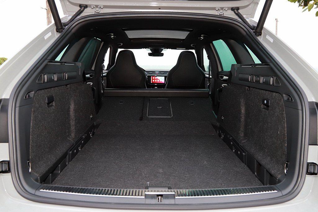 SKODA Superb Combi旅行車型基本就具備660L後行李廂空間容積,...