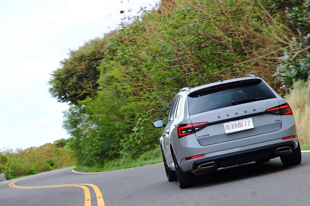 透過4x4四輪驅動系統輔助能讓車尾更為靈活,整體駕馭樂趣自然地同步提升。 記者張...