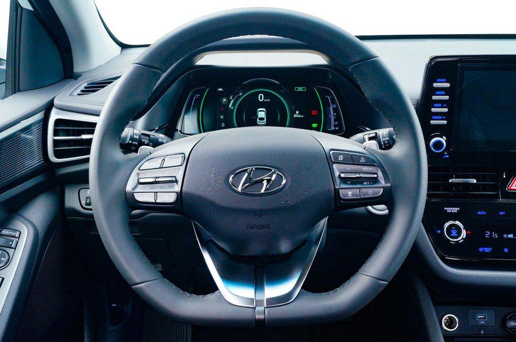 平把方向盤讓Hybrid車款也能增添些許跑格。 記者趙駿宏/攝影