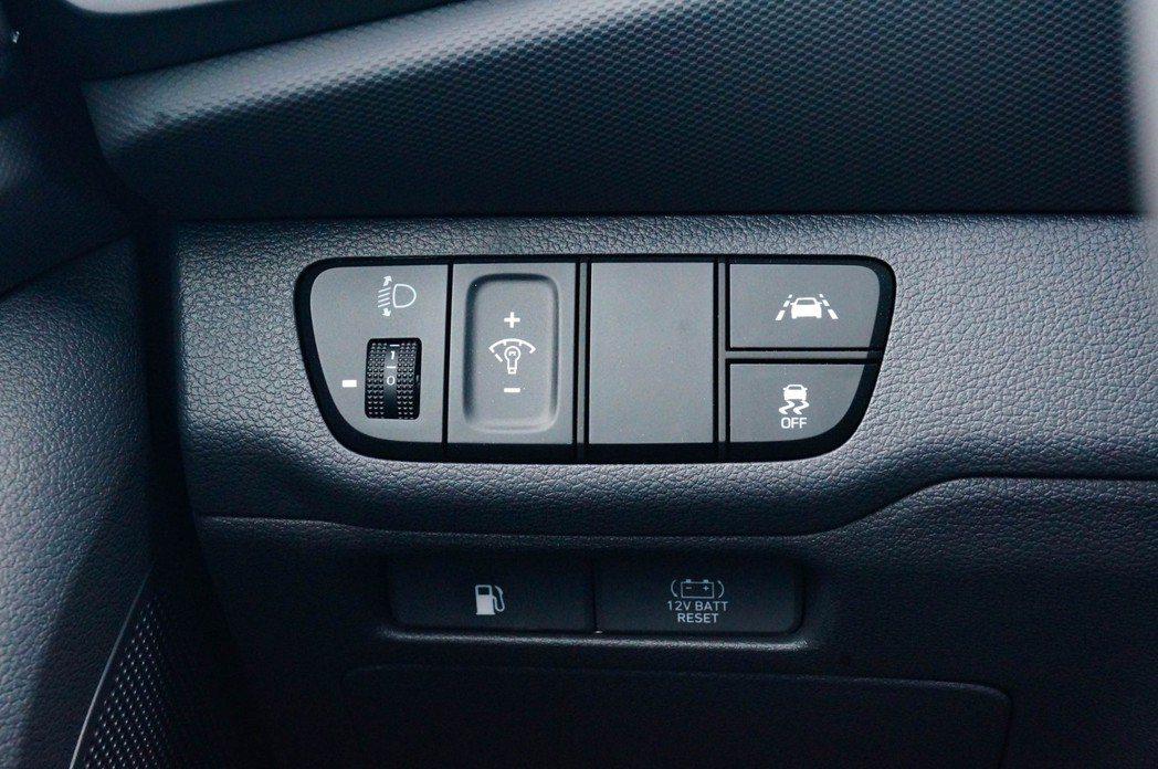 方向盤下方也有ESP Off和車道偏離輔助的按鈕。 記者趙駿宏/攝影