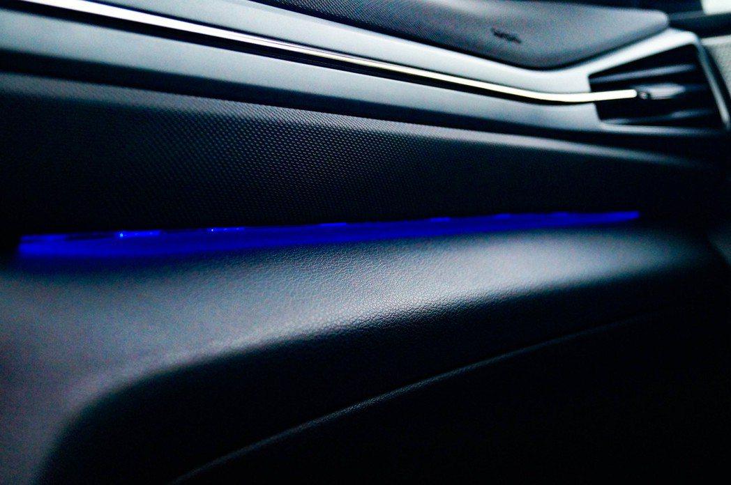 科技藍車室氣氛燈,稍稍提升座艙質感。 記者趙駿宏/攝影