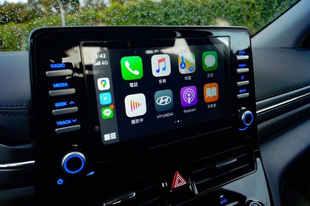 支援Apple Carplay/Android Auto的8吋懸浮式觸控螢幕。 ...