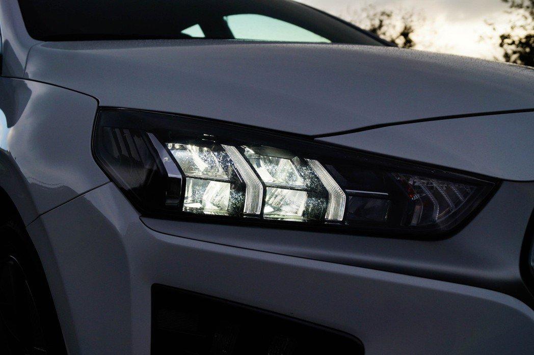 全新造型複眼式LED頭燈組。 記者趙駿宏/攝影