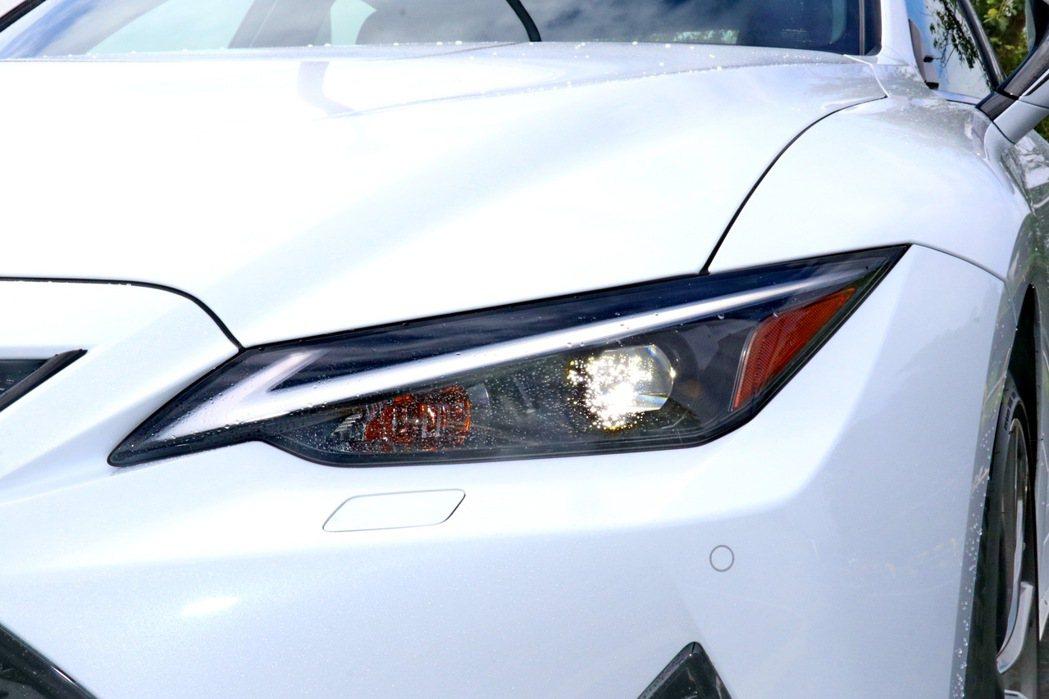 迴力鏢式的LED日行燈整合於LED頭燈內。 記者陳威任/攝影