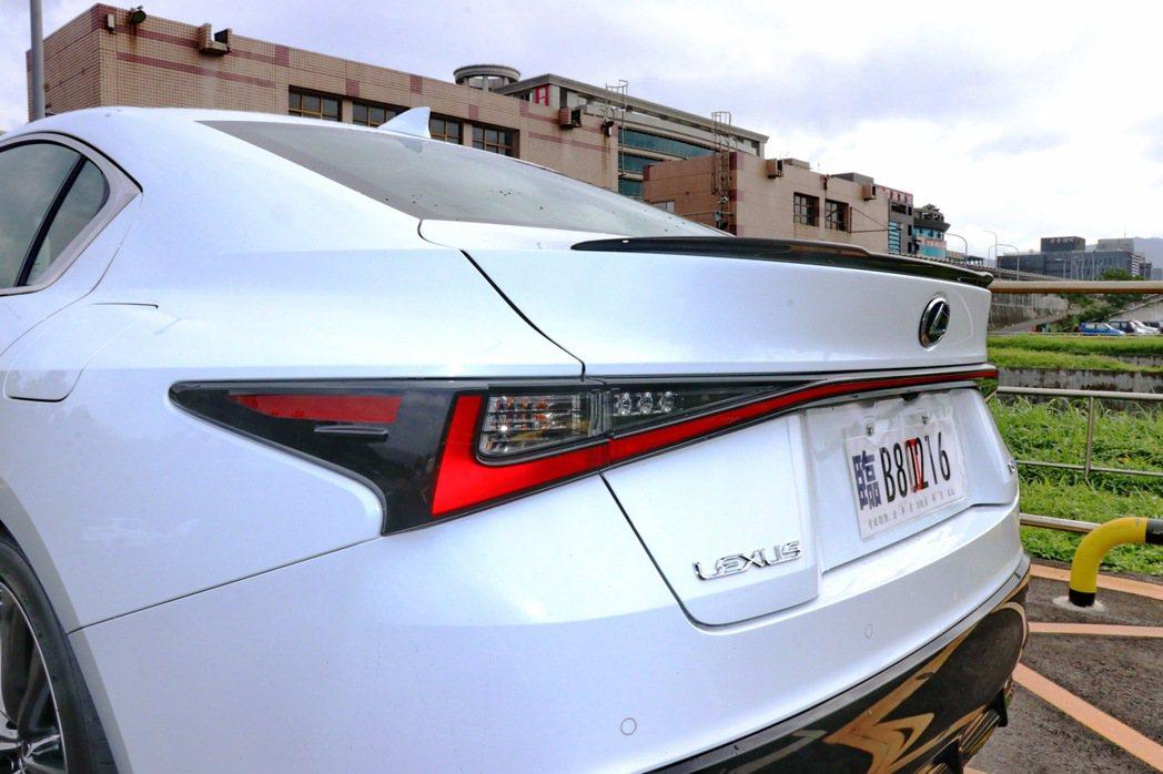 與UX車型類似的L-Shaped貫穿式LED尾燈組。 記者陳威任/攝影
