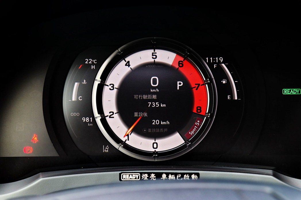 源自LFA超跑儀表板設計的單環數位動態儀表板。 記者陳威任/攝影