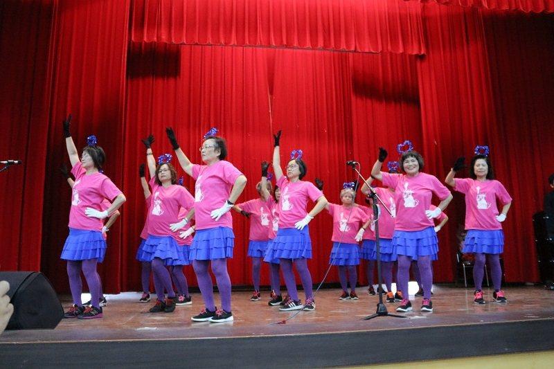 健康舞蹈班學員勁歌熱舞,活力十足。 朝陽科技大學/提供