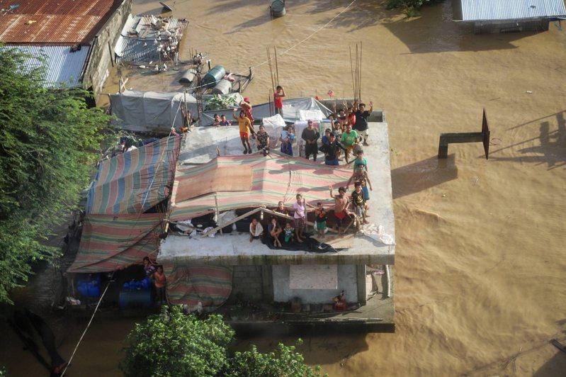 菲律賓受到梵高颱風侵襲,造成至少73人死亡、19人下落不明。 歐新社