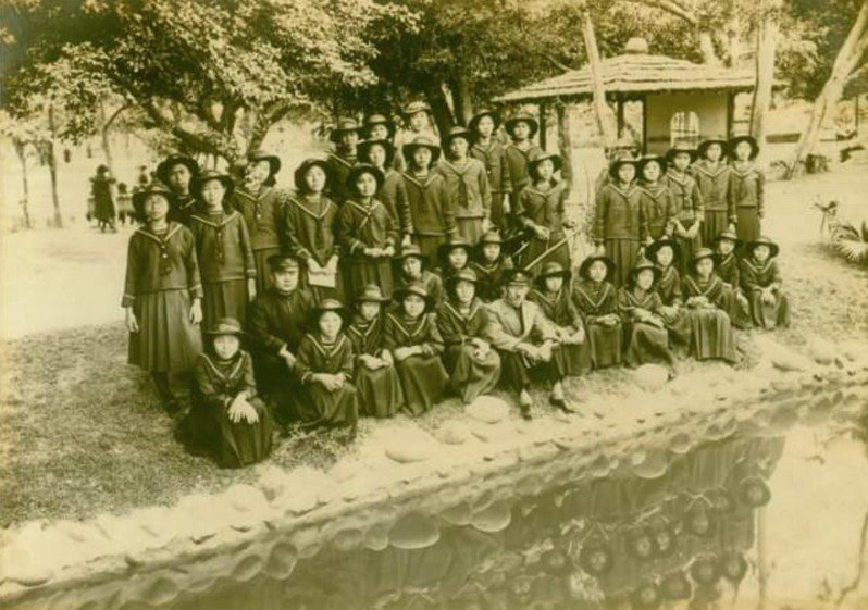 台師大台史所研究生黃彥傑指控雄女丟失出借珍藏的老照片原本。圖/黃彥傑提供