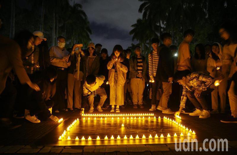 台灣大學近日接連發生學生不幸事件,校園氣氛低迷,台大學生會昨晚在校園內舉行燭光晚會,呼籲大家多關懷身邊親友、多照顧自己,相互取暖。記者余承翰/攝影